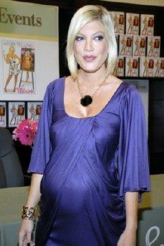 pregnant tori spelling in a purple dress
