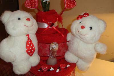 closeup of teddy bears on valentine towel cake